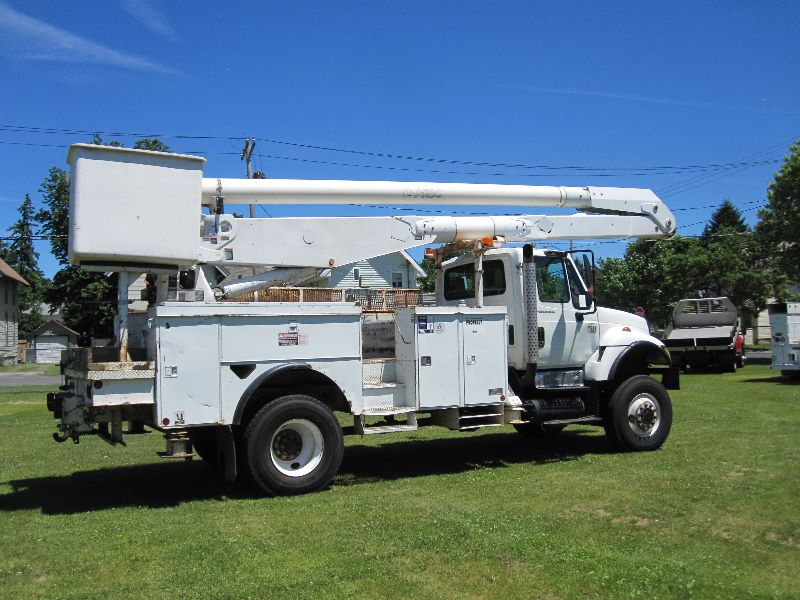 2004 INTERNATIONAL 7300 REGULAR CAB 4X4 W/60 FT ALTEC BUCKET TRUCK